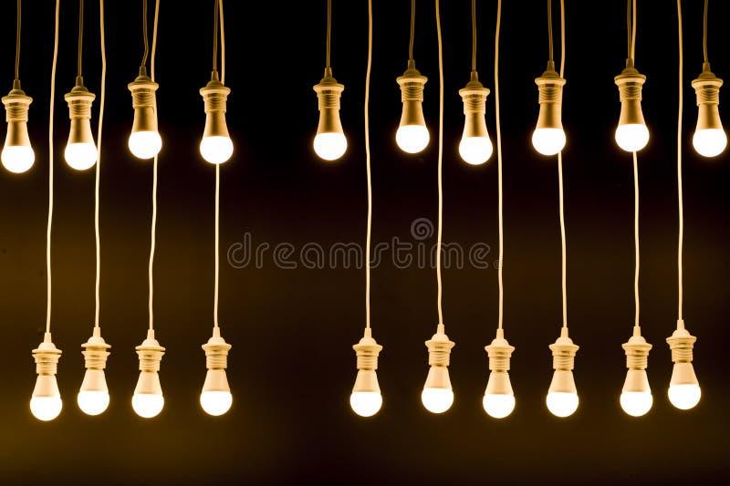 在黑暗的背景的电灯泡做的纹理 库存图片