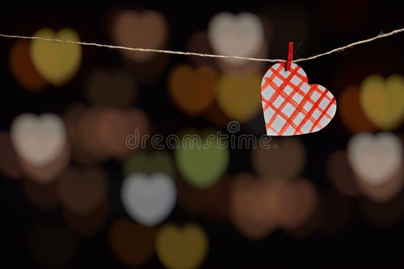 在黑暗的背景的纸心脏 免版税库存照片