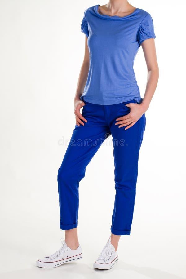 在黑暗的裤子的女性模型 免版税库存照片