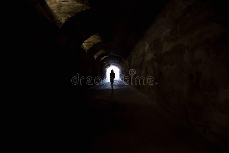 在黑暗的隧道的图 免版税库存图片