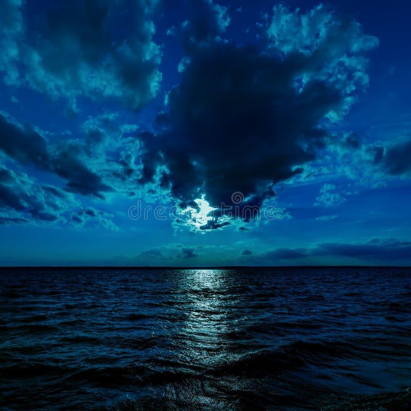 在黑暗的水的月光 图库摄影