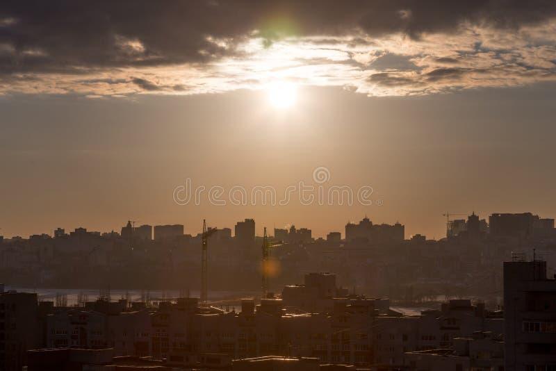 在黑暗的黄色淡色口气的日落都市风景,建筑学,在日落的大厦 免版税图库摄影