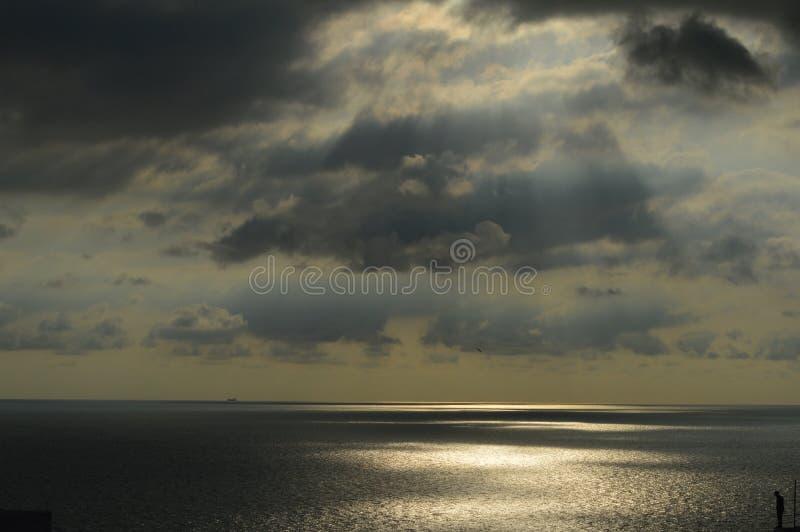 在黑暗的Clouds.Dramatic明亮的天空后的神圣Sky.Sun光芒 库存照片