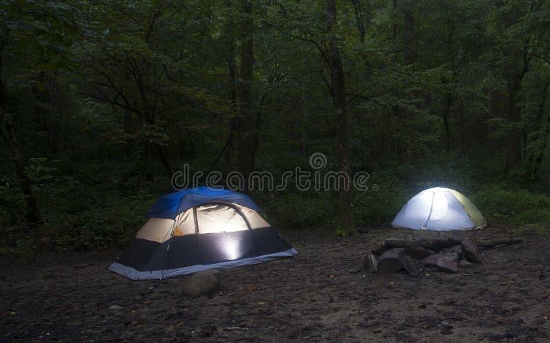 在黑暗以后的帐篷 免版税库存照片