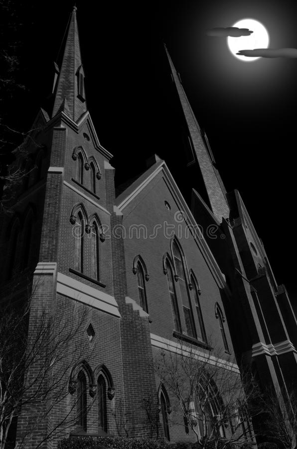 在满月期间的教会尖顶在黑暗的夜 库存图片