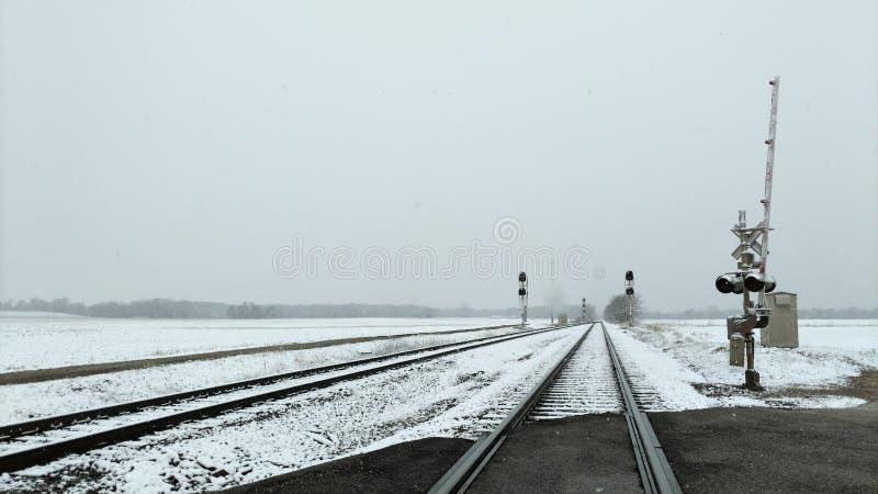 在4月雪期间的铁轨 库存照片