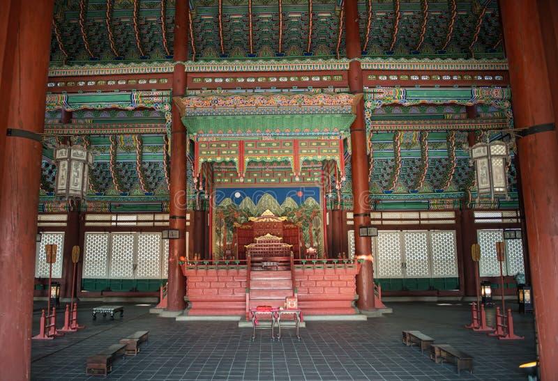 在2016年1月11日住房子国王的美好的内部天花板Gyeongbok宫殿在汉城,韩国 免版税库存照片