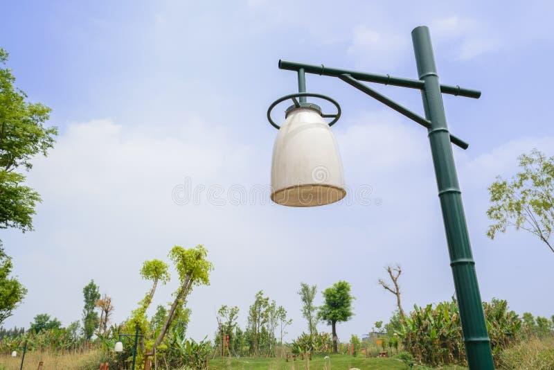 在晴朗的春天天空的竹子型路灯柱 免版税库存照片