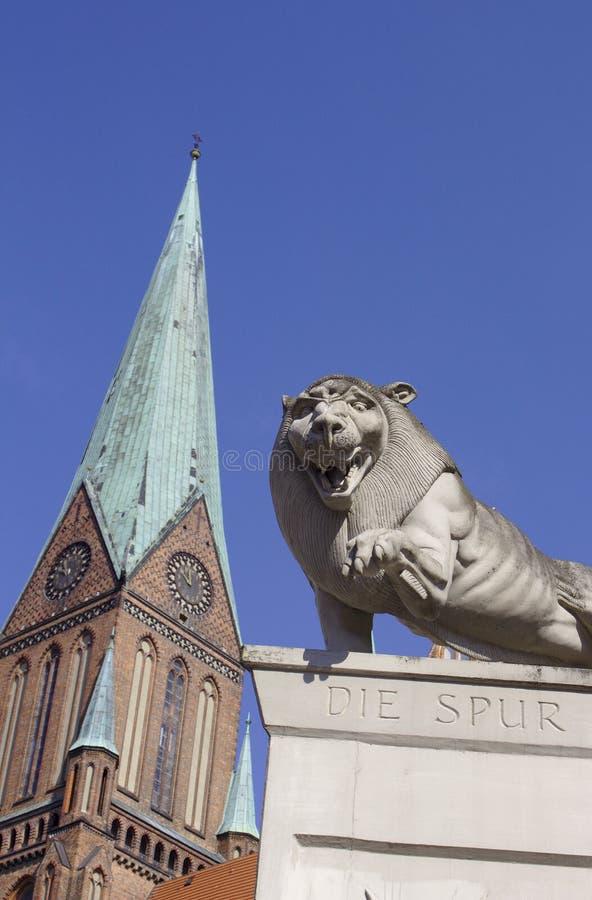 在什未林大教堂前面的狮子雕象 图库摄影