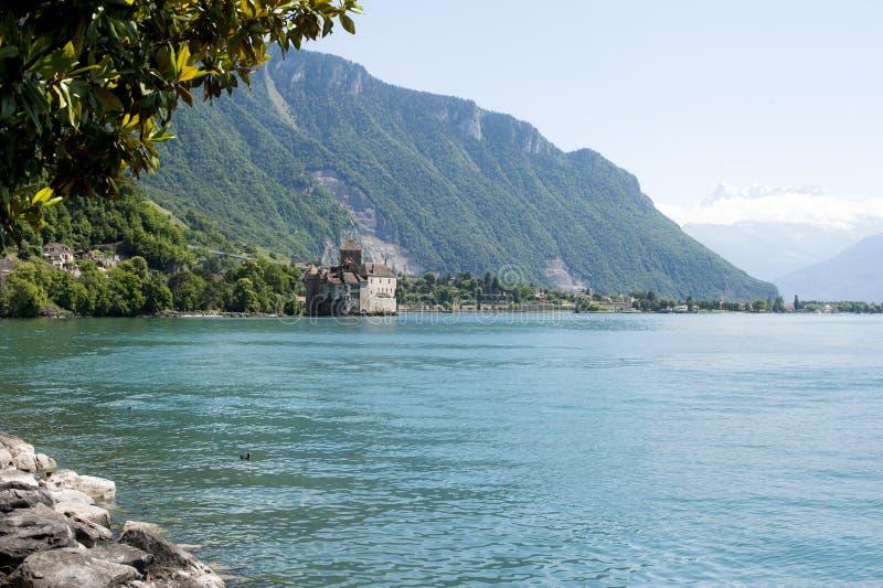 在绿松石水海湾的日内瓦城堡 免版税库存图片