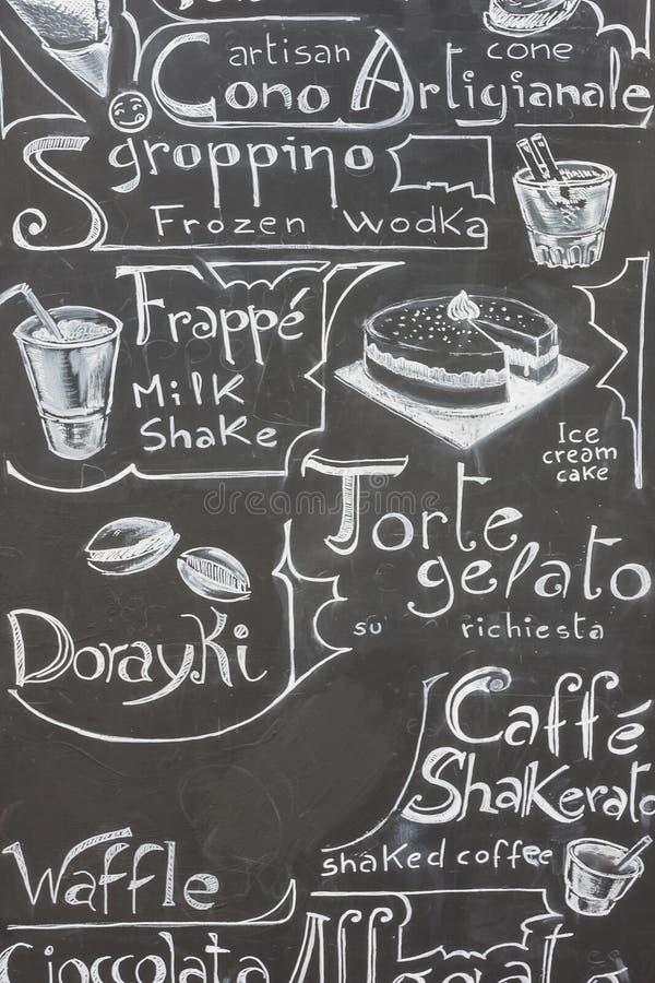 在黑板写的典型的意大利菜单 免版税库存图片