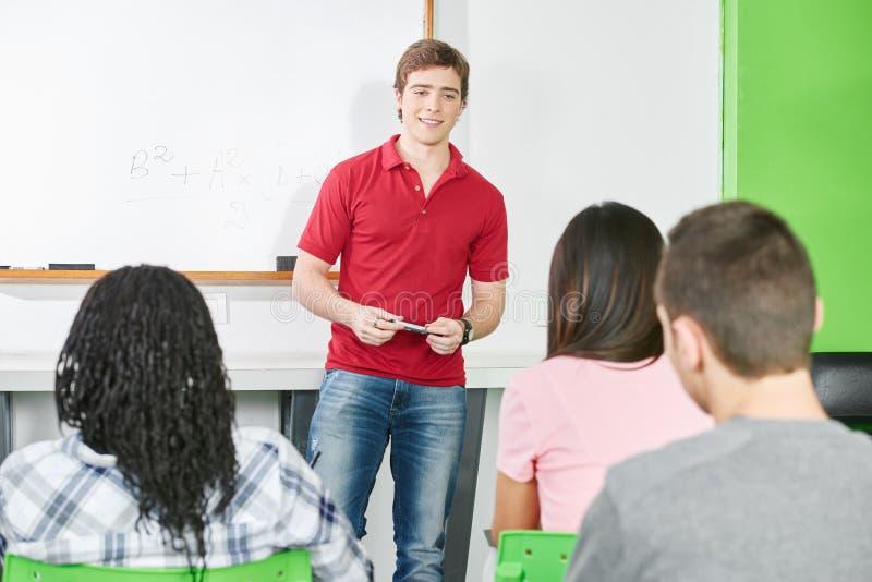 在黑板前面的学生 库存照片