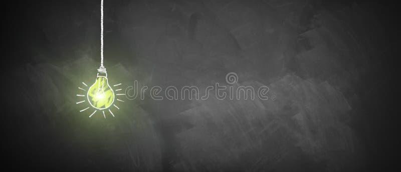 在黑板的光亮的电灯泡 免版税库存图片