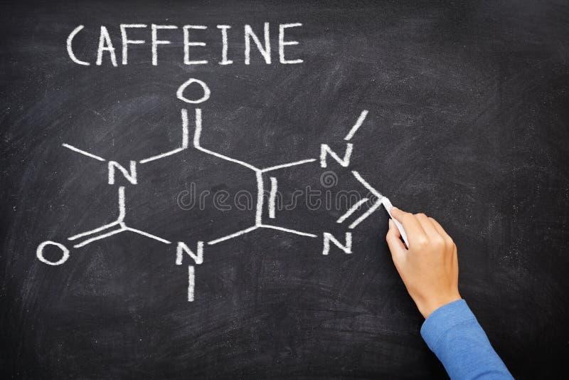 在黑板的咖啡因化工分子结构 库存照片