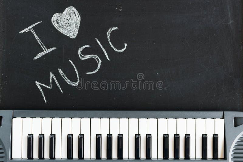 在黑板背景的音乐键盘激情和爱的为 免版税图库摄影