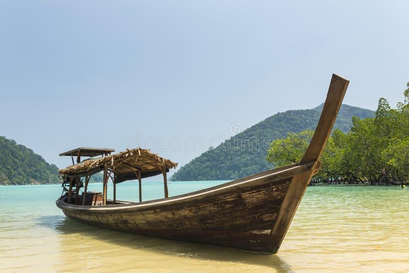在素林海岛的传统longtail小船 库存图片