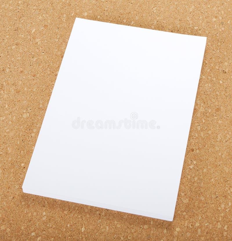 在黄柏板的空白的飞行物海报 免版税库存照片