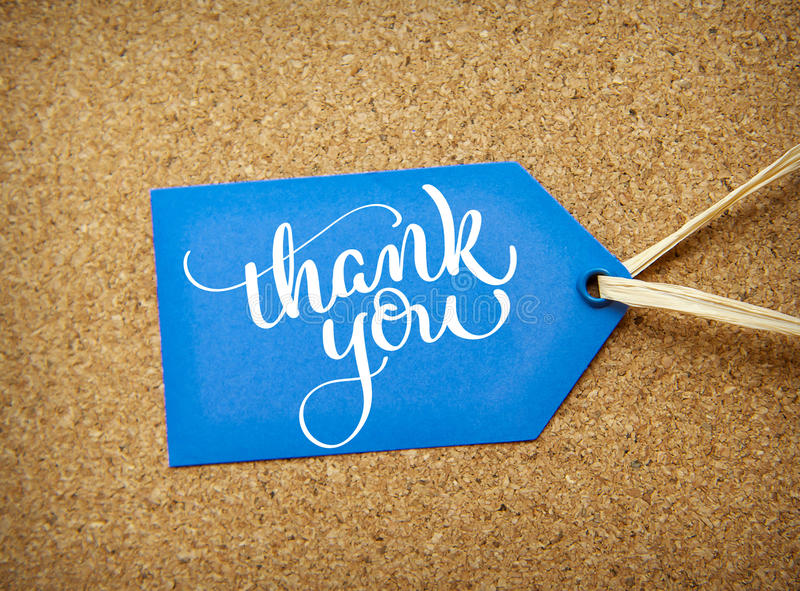 在黄柏背景的蓝色贴纸销售和文本感谢您 书法字法手凹道 免版税库存照片