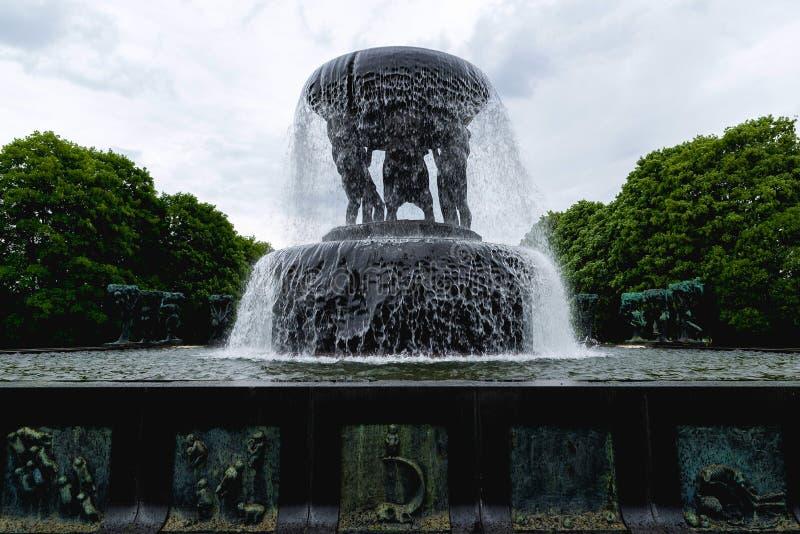 在维格兰雕塑公园雕刻雕象和喷泉  免版税图库摄影