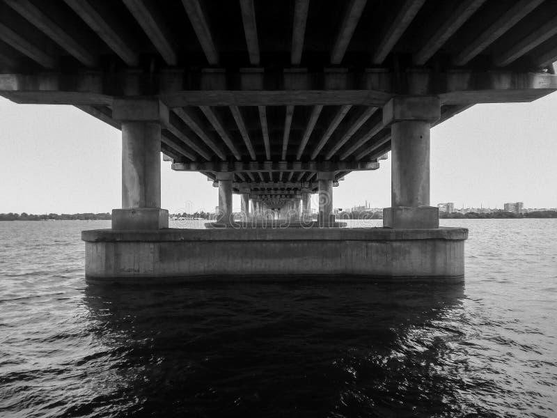 在水桥梁下 库存图片