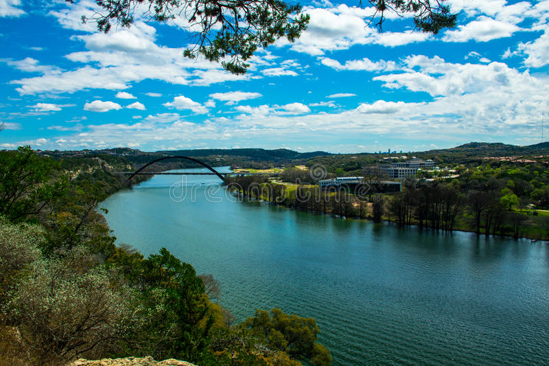 在360桥梁或Pennybacker桥梁的科罗拉多河弯 库存图片