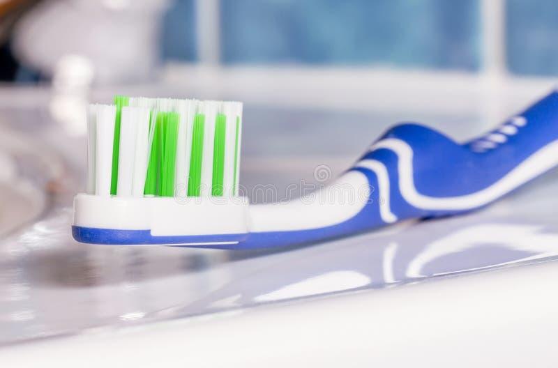 在水槽的一把牙刷 图库摄影
