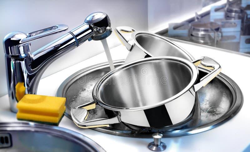 在水槽的碗筷 免版税库存图片