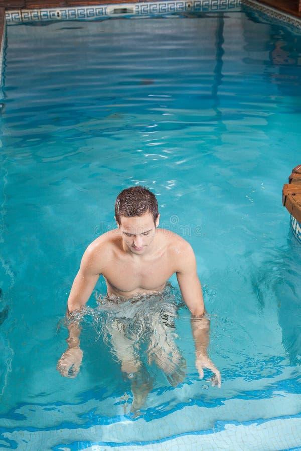在水池外面的人 免版税库存照片