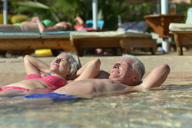 在水池的夫妇游泳 免版税库存照片
