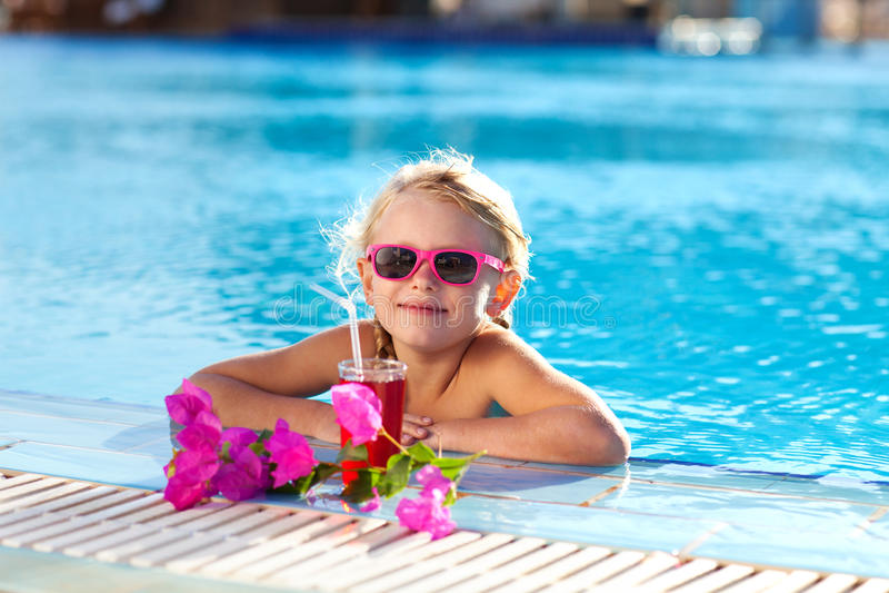 在水池的女孩饮用的coctail 免版税库存图片