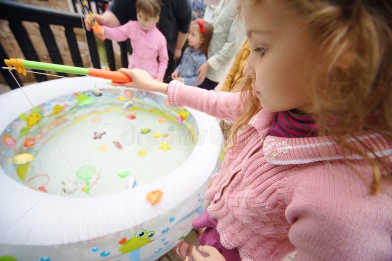 在水池的女孩鱼戏弄在III木偶莫斯科节日  库存照片
