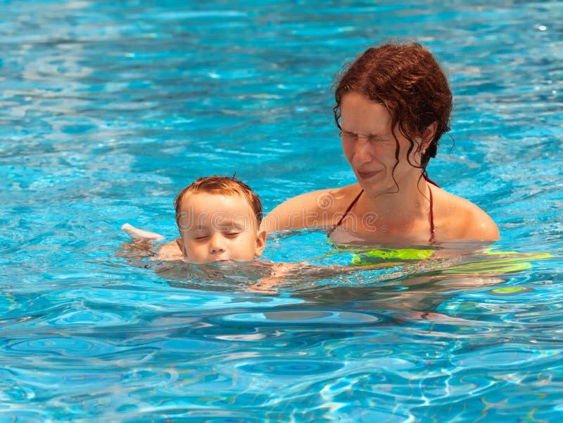 在水池的母亲和儿子游泳 库存图片