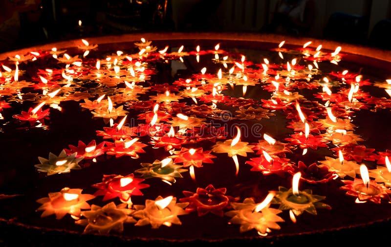 在水池的蜡烛浮游物 免版税库存图片