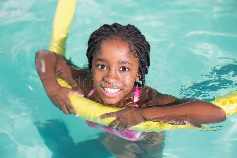 在水池的逗人喜爱的小女孩游泳 库存照片