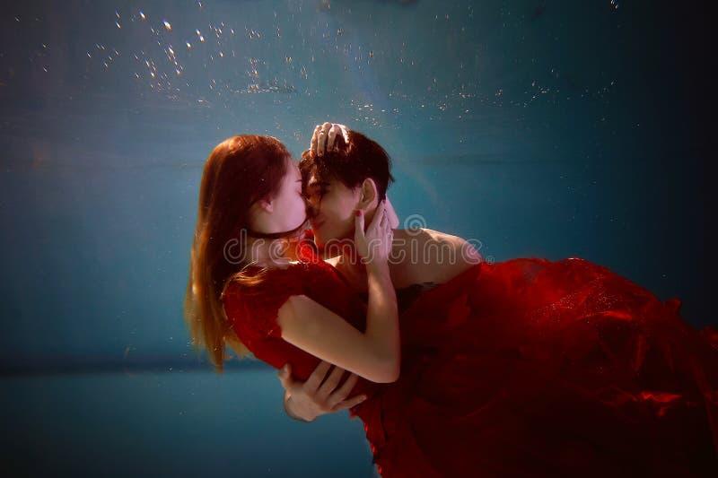 在水池的水中用最纯净的水 拥抱爱的夫妇 爱和严紧的感觉 软绵绵地集中 免版税图库摄影