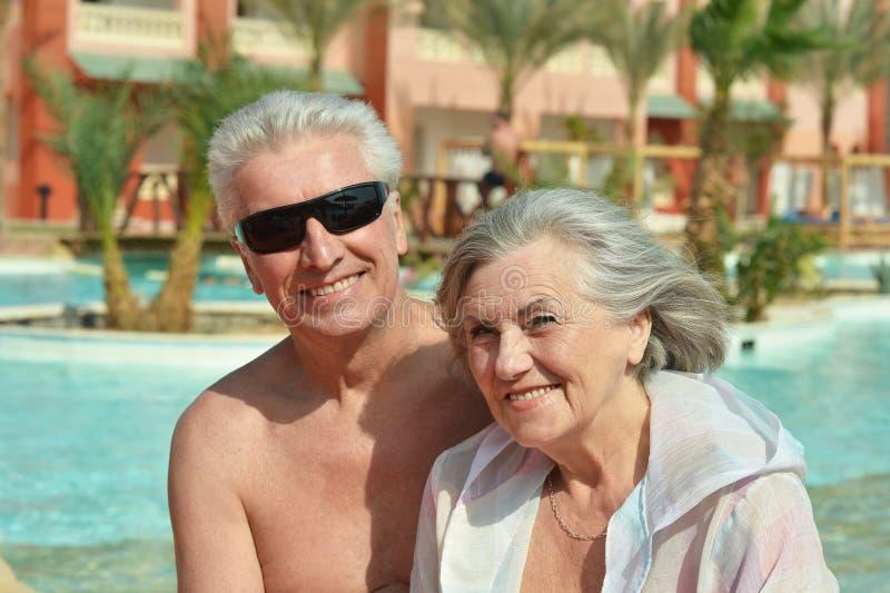 在水池的年长夫妇 免版税库存照片