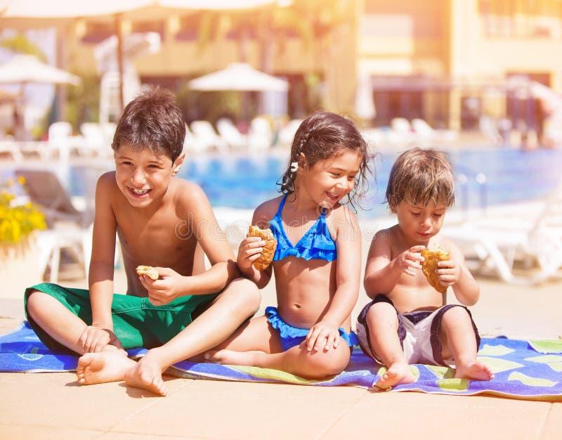 在水池附近的愉快的孩子 免版税库存照片