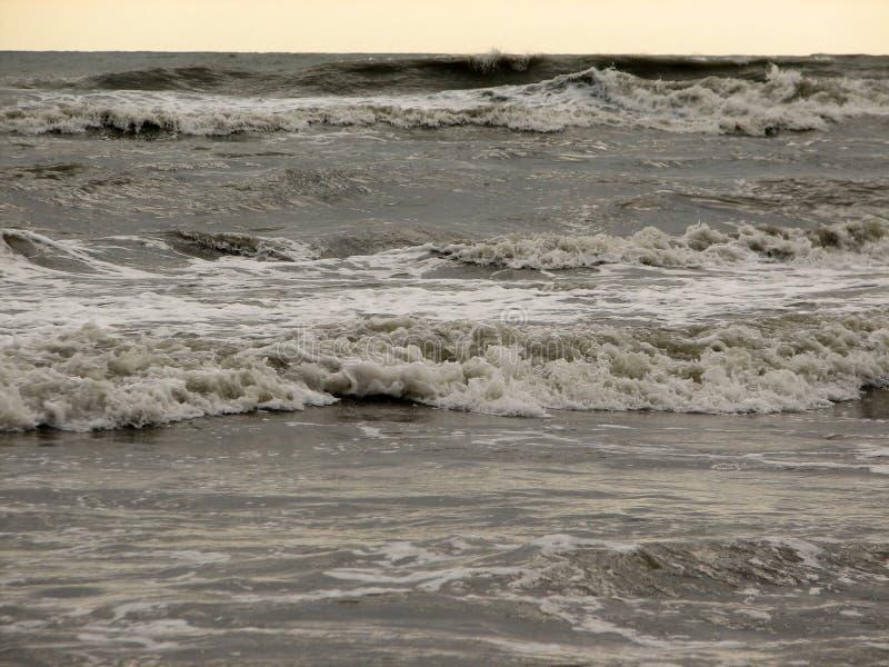 在黑沙子海滩的美丽的大波浪 免版税库存图片
