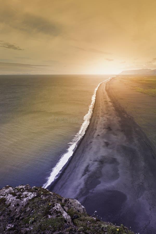 在黑沙子海滩,冰岛的日落 免版税库存照片