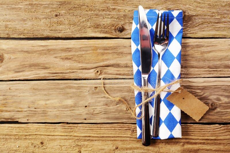 在巴法力亚颜色的蓝色和白色餐位餐具 库存照片