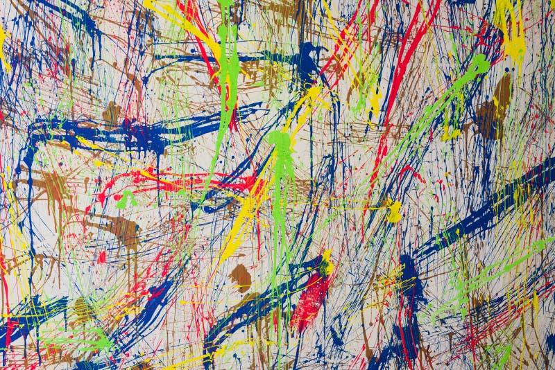 在水泥墙壁纹理背景的颜色飞溅 图库摄影