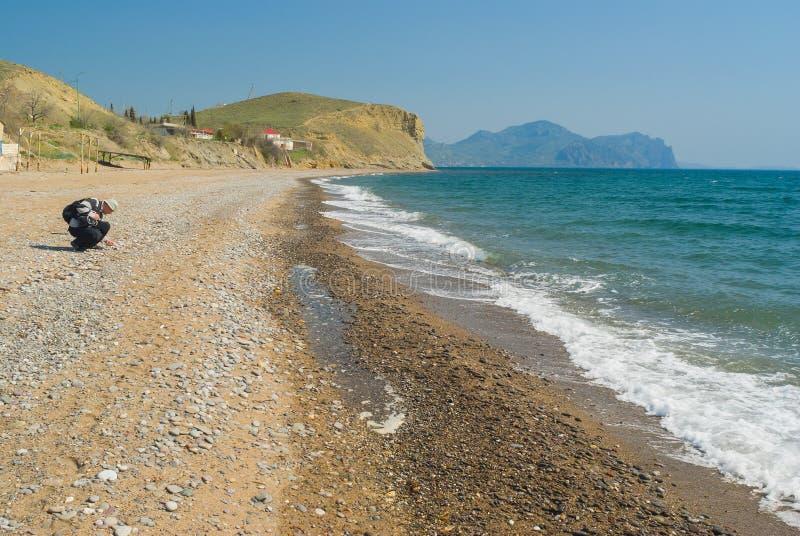 在黑海岸的狂放的有卵石花纹的海滩在Meganom海角 库存图片
