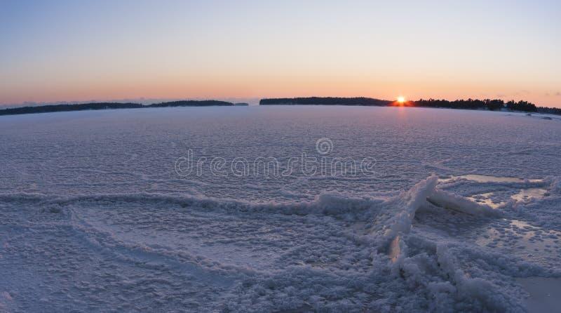 在冻海的全景冬天日落 免版税图库摄影