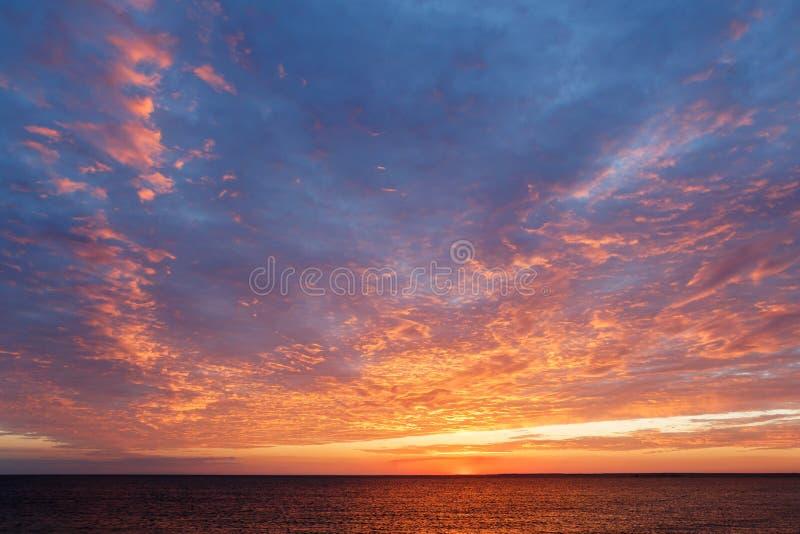 在黑海的惊人的日落 在海运的美好的cloudscape 图库摄影