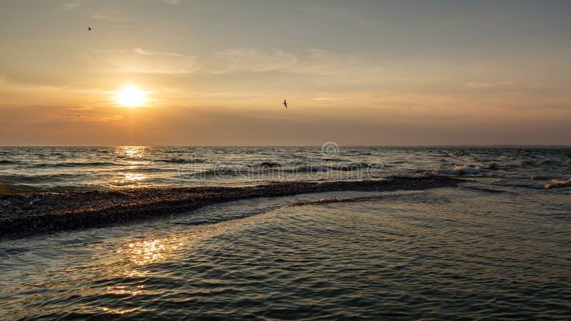 在黑海的惊人的日落 在Kinburnsky唾液的明亮的五颜六色的日落 免版税库存照片