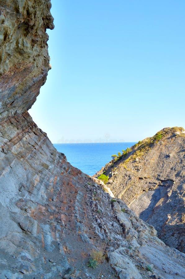 在黑海附近的岩石 免版税库存图片