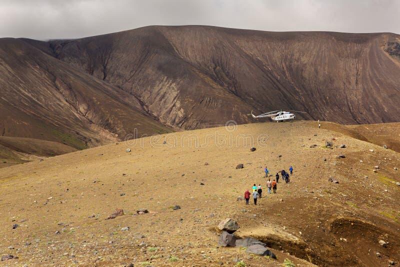 在破火山口火山克苏达奇火山的旅游直升机 南堪察加自然公园 免版税库存图片
