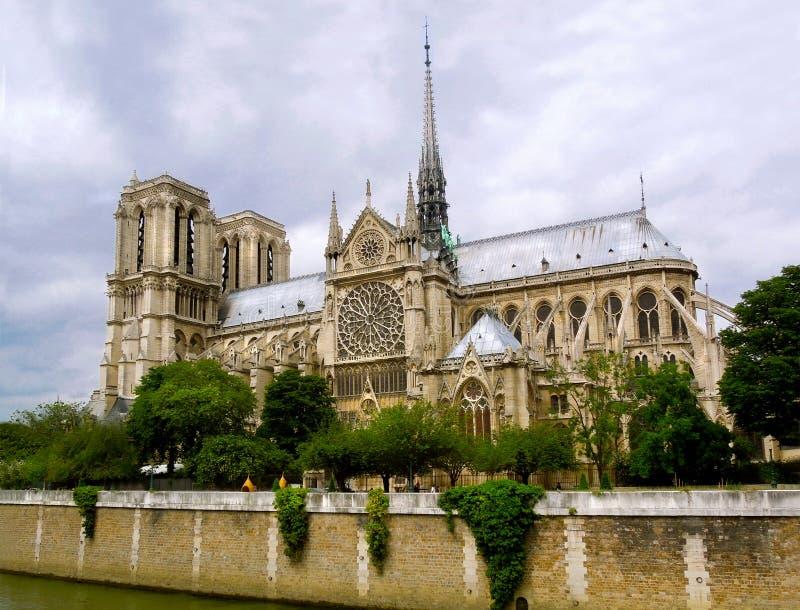 在2019火被毁坏的屋顶前的Notre Dame 库存图片