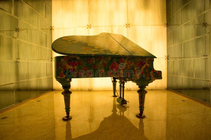 在黄灯的花钢琴 库存照片