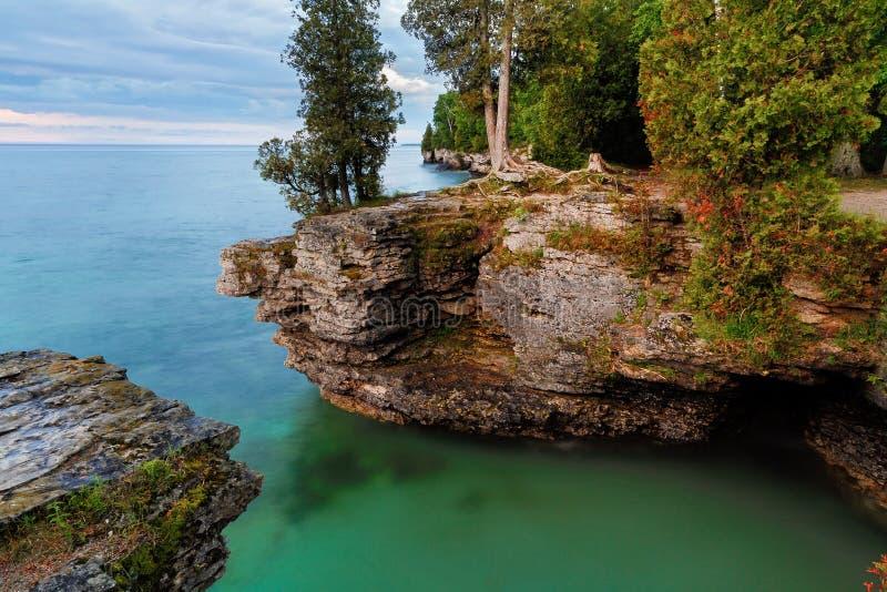 在洞点的岩石峭壁 免版税图库摄影